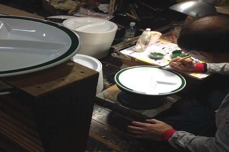 樹脂食器、お弁当箱の多くは石川県加賀で生まれています。熟練の技と愛情をいっぱいに1つ1つ手作りされています。